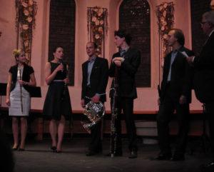 Das pentaTon Quintett und der künstlerische Leiter des Festivals Jörg Conrad (ganz rechts) vor der Preisübergabe in der spätgotischen evang. Kirche in Adelboden (Bild: A. Imlig)